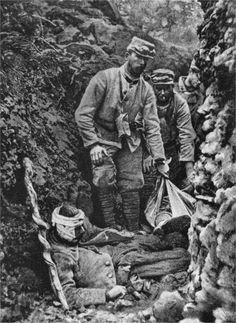 Westfront 1. Weltkrieg: Französische Soldaten bergen Gefallene und Verwundete