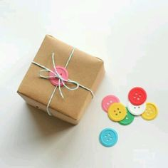 Nice and simple gift wrapping using buttons