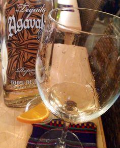 アガバレスのレポサド! テキーラ! 香り高く濃厚ゆえ、ショットグラスではなくワイングラスで!口直しもライムではなくオレンジで。