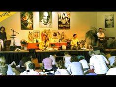 Klangyogastunde mit den Love Keys, einer Musikgruppe, die besonders Kirtan und spirituelle Musik spielt. Für alle, die Yoga kennen, ein besonderer Genuss. http://mein.yoga-vidya.de/video/the-love-keys-klangyogastunde