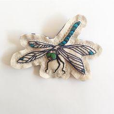 今年最後のオーダーはトンボ☝️︎ 今年もたくさんの方々にお会いできて、いろんな刺繍をさせていただきシアワセでした!ありがとうございました!よいお年を〜#embroidery #embroideryart #broderie #ordermade #刺繍 #刺繍のエンブレム  #Regram via @itosigoto Hand Embroidery Art, Free Machine Embroidery Designs, Embroidery Patches, Embroidery Patterns, Clothing Patches, Brazilian Embroidery, Fabric Patterns, No Frills, Brooch
