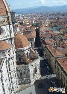 Florencia no solo es bonita desde abajo :)  ¿No es genial esta otra vista de la ciudad?   Recorre Italia en coche con http://www.reservasdecoches.com/paises/alquiler-de-coches-italia/ #italia #Florencia #catedraldeflorencia #viajes