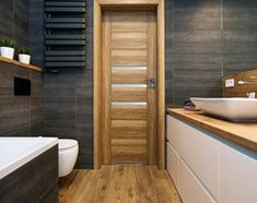Aranżacje wnętrz - Łazienka: Grafitowo-drewniana łazienka - Mała łazienka na poddaszu w bloku w domu jednorodzinnym bez okna, styl nowoczesny - Renee's Interior Design. Przeglądaj, dodawaj i zapisuj najlepsze zdjęcia, pomysły i inspiracje designerskie. W bazie mamy już prawie milion fotografii!