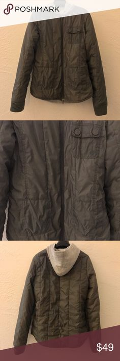 Roxy Women's Gray Puffer Insulator Jacket Roxy Women's Gray Puffer Insulator Jacket  Size Medium (Juniors). Excellent used condition! Insulated quilted design with a hood. Zip front with hand pockets and snap pocket. Jersey lining. Machine wash. MSRP $99.  Reasonable offers welcome! Roxy Jackets & Coats Puffers
