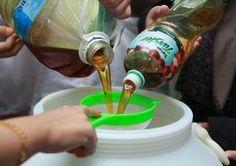 Tu ce faceai cu uleiul ars pana acum? Il aruncai? O mare greseala pentru ca il putem recicla si transforma in sapun lichid pentru vase, facand economie astfel la detergentul de vase. Health And Fitness Expo, Diy Case, Cleaners Homemade, Design Case, Cool Websites, Inventions, Diy And Crafts, Projects To Try, Marker