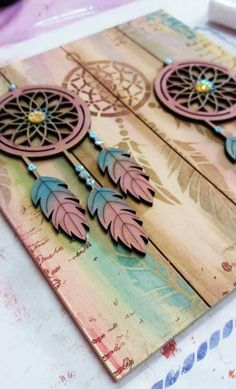Atrapasueños en mdf. Wooden Crafts, Diy And Crafts, Arts And Crafts, Paper Crafts, Wood Projects, Projects To Try, Wallpaper Nature Flowers, Decoupage Vintage, Pallet Art