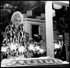 """Marilyn fête son 36ème anniversaire sur le plateau de tournage du film """"Something's got to give""""."""