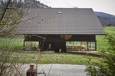 Das Holzhaus von Architekt Pascal Flammer ist spartanisch eingerichtet und dennoch edel. Große Fensterflächen sorgen für Ein- und Ausblicke.
