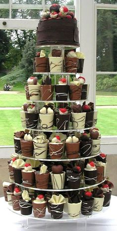 If you love chocolate you could have these scrumptious chocolate cupcakes instead of a cake at your wedding. Chocolate cups with sponge cake & truffle fillings! I want a gift like that ! Cake Truffles, Cake Cookies, Oreo Cake, Beautiful Cakes, Amazing Cakes, Mini Cakes, Cupcake Cakes, Cake Fondant, Wedding Cake Alternatives