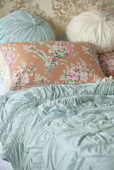 lovely linens and colors...