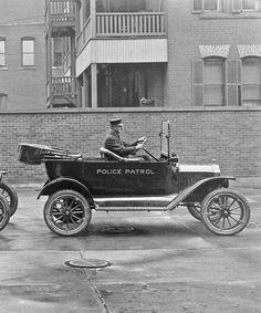 1916 Model T Ford police cars - Springfield, MA Old Police Cars, Ford Police, American Graffiti, Vintage Cars, Antique Cars, Vintage Photos, Autos Ford, Emergency Vehicles, Police Vehicles