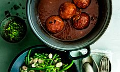Deze Limburgse gehaktballen zijn onweerstaanbaar lekker! Comfort food voor een koude winterdag. Serveer met een frisse groene bonenmelange.