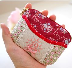 Rosie Quilts - A titular do cartão Beautiful Day (secundário) -jw] Patchwork Bags, Quilted Bag, Snap Bag, Pouch, Wallet, Small Bags, Handmade Bags, Couture, Beautiful Day