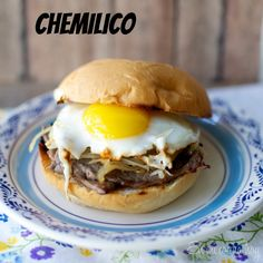 Chemilico - A traditional Chilean sandwich: a thin steak, sautéed onions, and a sunny side up egg. Recipe in Spanish and English. Latin American Food, Latin Food, Chilean Recipes, Chilean Food, Bolivian Recipes, Steak And Onions, Beef Recipes, Cooking Recipes, Good Food