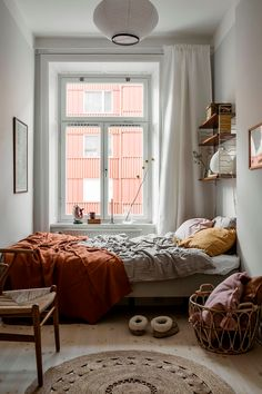 Schmales Schlafzimmer inspirationchambre Schmales skandinavisches Schlafzimmer in Narrow bedroom inspirationchambre Narrow Scandinavian bedroom in decorating ideas Room Ideas Bedroom, Home Decor Bedroom, Narrow Bedroom Ideas, Bedroom Colors, Bedroom Apartment, Modern Bedroom, Small Minimalist Bedroom, Cozy Small Bedrooms, Urban Bedroom