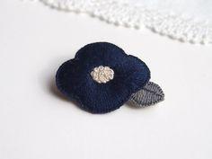 お花の刺繍ブローチ(紺色)