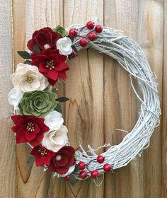 Felt Flower Wreaths, Felt Wreath, Wreath Crafts, Diy Wreath, Felt Flowers, Flower Crafts, Holiday Crafts, Paper Flowers, Felt Flower Pillow