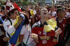 Fanáticos disfrutan del juego de la vinotinto en la Plaza Alfredo Sadel de las Mercedes el 02 de junio de 2012. | Créditos: Gil Montaño