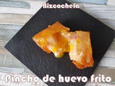 Pincho de huevo frito con patatas y bacon   Cocina Finger Food Appetizers, Finger Foods, Huevos Fritos, Mini Foods, Cornbread, Gourmet Recipes, Catering, Food And Drink, Cooking