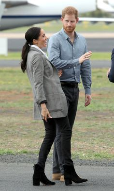 Meghan Markle glows in a chic grey blazer made by Serena Williams as she wows Dubbo City airport Meghan and Harry joked on the runway Prinz Harry Meghan Markle, Meghan Markle Prince Harry, Prince Harry And Megan, Harry And Meghan, Estilo Meghan Markle, Meghan Markle Stil, Serena Williams, Meghan Markle Outfits, Meghan Markle Fashion