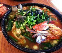 Korean Jjampong - spicy seafood noodle soup. [OC][2840x2448]