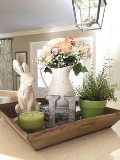 Spring & Easter decor for kitchen island using reclaimed wooden tray | primavera y decoración de Pascua para isla de cocina con bandeja de madera recuperada