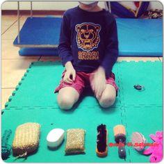 A los niños les encanta el juego de adivinar texturas!
