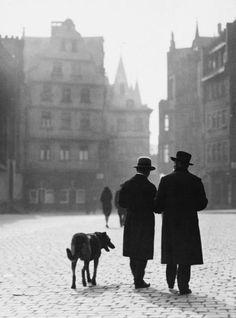 Germany. Out for a stroll. Frankfurt, 1930// by Paul Wolff Römerberg,