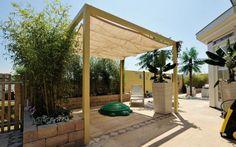 Mooie overkapping in een mediterrane tuin