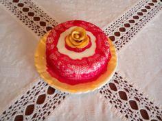 Primeiro bolo com renda de açúcar caseira para o aniversário da minha mãe. Simples e elegante