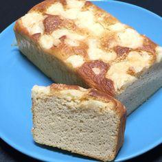 おからパウダーのチーズパウンド    おからパウダーでおやつにも食事にもなるケーキです。 パウンド型でもマフィン型でもお好きな型でどうぞ♪ 糖質量1本で5.3 るりっぽこ    材料 (パウンド一個分またはマフィン型5〜6個) おからパウダー 40g アーモンドパウダー 10g 粉チーズ 15g ベーキングパウダー 5g 難消化性デキストリン 10g バター(有塩がオススメ、無塩の場合は塩をひとつまみ入れる) 30g 甘味料 砂糖換算で30〜40g 卵 2個 水 100cc 粉チーズ(最後に振りかける用) 適量 プロセスチーズ 2〜3個(お好みで) 作り方 1 卵は常温に戻し割りほぐしておく。バターをレンジで溶かしておく。チーズはサイコロ状に切っておく。オーブンを170℃に予熱 2 ボウルに溶かしバターと甘味料を入れよく混ぜる。混ざったら卵を2、3回に分けていれよく混ぜる。そこに水をいれよく混ぜる 3 ②のボウルを計りに乗せ粉類を計りながらいれて行く。そのままホイッパーで粉気が無くなるまで混ぜる。 4…