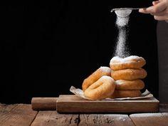 Υγιεινά donuts με μπανάνα χωρίς ζάχαρη - The Mamagers.gr Healthy School Snacks, Healthy Cookies, Rolling Pin, Kids Meals, Sweet Recipes, Donuts, Rolls, Banana, Yummy Food