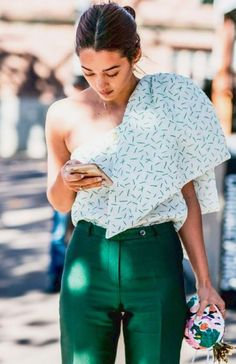 See what influential women in fashion are wearing on the streets of New York Fashion Week. Click through to be inspired as we update the gallery daily. Nyc Street Style, Street Style Outfits, Street Chic, Street Styles, Street Wear, Fashion Week, Look Fashion, Fashion Outfits, Fashion Trends