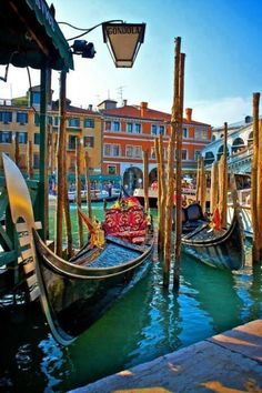 Gondolas in Venice and so romantic - De beroemde Gondels van Venetië. Italië!!