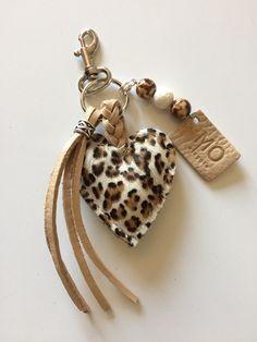 Luxury key ring / bag hanger - Luxury key ring / bag hanger – The movleggie website! Leather Accessories, Leather Jewelry, Jewelry Accessories, Fashion Accessories, Leather Gifts, Leather Craft, Jewelry Crafts, Handmade Jewelry, Diy Keychain