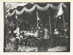 Karussell mit Pferden, Fotografie,Zille, Heinrich, 1900