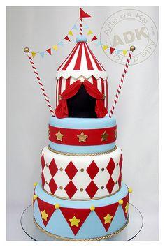 Oberstes Tortenstück, one Dach + Fahne, breite weiße + rote Streifen + Bordüre + Eingang Deckel: Elefant + Sterne