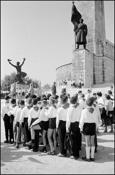 Young pioneers gathered in front of the Liberation Monument in Budapest, Hungary, Old Photos, Vintage Photos, Elliott Erwitt, Retro Kids, Budapest Hungary, Magnum Photos, The Past, Marvel, Concert