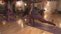 Le yoga est de plus en plus populaire auprès des athlètes. À Québec, une entraîneuse en course se spécialise d'ailleurs dans le yoga pour coureur, qui peut contribuer à l'amélioration des performances et à la réduction des blessures.