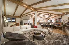Eine großzügige Wohnfläche lässt Wohnträume wahr werden - #Wohnzimmer und #Küche im Open-Space-Concept. Villa, Conference Room, Couch, Table, Furniture, Home Decor, Penthouse Apartment, Real Estate Agents, Farm Cottage