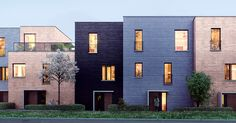 77 boliger med ulike planløsninger, størrelser og fasader. Når du ser det i et slikt perspektiv, er det lettere å få øye på både likhetene og forskjellene. Kall dem individuelle hus i rekke eller rekkehus.