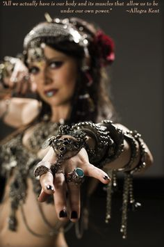 Dripping tribal goodness: Atlanta native Moria Chappell of the Belly Dance Super Stars. Mostly Tribal Fusion material. Tribal Fusion, Dark Black, Estilo Tribal, Rachel Brice, Tribal Belly Dance, Belly Dance Costumes, Dance Fashion, Hippie Gypsy, Gypsy Soul