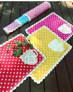 Image gallery – Page 670966044456552632 – Artofit Coffee Table Cloth, Dining Table Cloth, Crochet Kitchen, Crochet Home, Crochet Projects, Sewing Projects, Diy Projects, Wedding Fabric, Mug Rugs