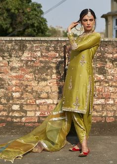 Pakistani Fashion Party Wear, Pakistani Formal Dresses, Pakistani Wedding Outfits, Indian Bridal Outfits, Pakistani Dress Design, Indian Designer Outfits, Designer Dresses, Beautiful Pakistani Dresses, Pakistani Clothing