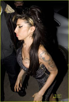 Afbeelding van http://cdn01.cdn.justjared.com/wp-content/uploads/2010/02/winehouse-goddaughter/amy-winehouse-goddaughter-grateful-03.jpg.