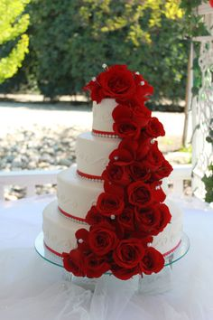 Red rose wedding cake. I normally don\'t like that many flowers on ...