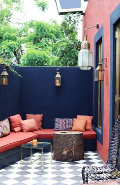 Coyote Atelier patio envy: A deep blue wall color pairs well with coral in this luxurious outdoor space. Perfect design inspiration for outdoor living in Palm Springs, California. More great ideas on Jacquelyn Clark's site. Outdoor Rooms, Outdoor Living, Outdoor Decor, Outdoor Seating, Outdoor Lounge, Outdoor Walls, Patio Interior, Interior And Exterior, Gazebos
