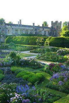 England Travel Inspiration - Jardins do Sudeley Castle                                                                                                                                                                                 More