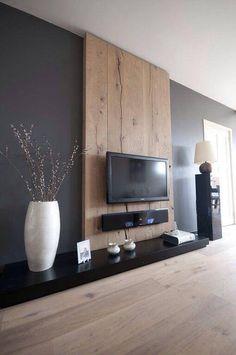 Gaaf houten paneel met TV