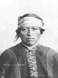 马普切人一词可以指阿劳卡尼亚的全体皮昆切人(Pikunche,北方人)、威利切人(Williche,南方人)、伍卢切人(Nguluche,西方人),或者专指阿劳卡尼亚的伍卢切人。马普切人传统的经济是基于农业的,而他们的传统社会组织是由广泛的氏族构成的。马普切人的氏族由酋长(longko,头脑,或酋长)统治,然而在战争时期,他们会联合在一个更大的群体里,并选举一位战争领袖(toki,斧子、战斧,或持斧者)来领导他们。